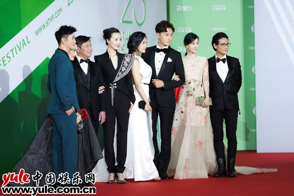 郑元畅上海电视节显绅士风范逆天长腿抢镜